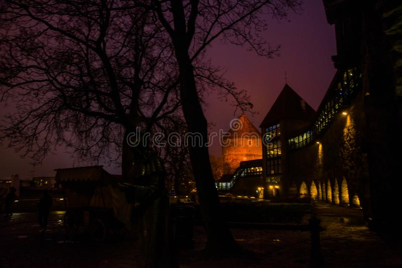Paisaje de la noche de las paredes de la fortaleza con la iluminación La torre anterior Neitsitorn de la prisión en Tallinn vieja foto de archivo libre de regalías