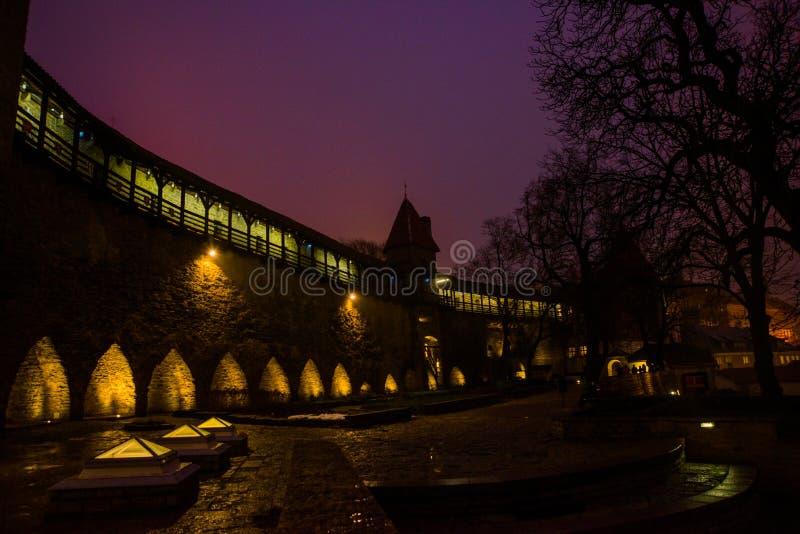 Paisaje de la noche de las paredes de la fortaleza con la iluminación La torre anterior Neitsitorn de la prisión en Tallinn vieja fotografía de archivo