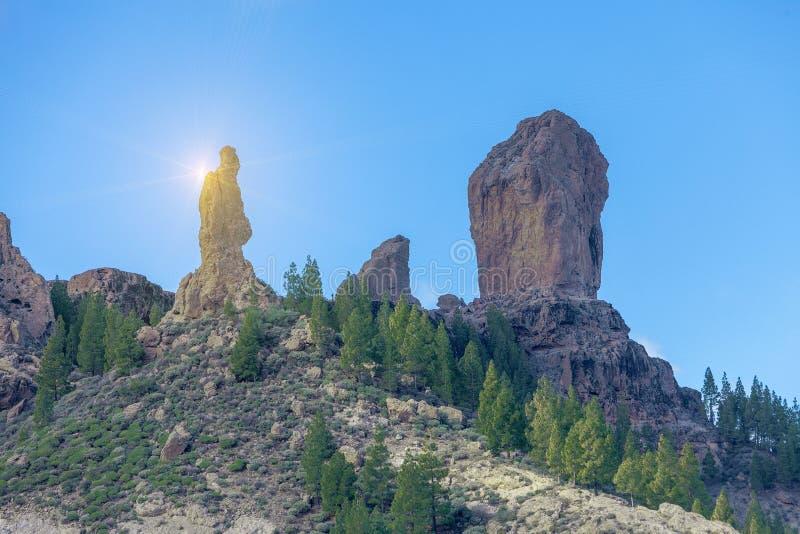 Paisaje de la opinión de Roque Nublo, salida del sol dramática de la puesta del sol en montañas imagen de archivo libre de regalías