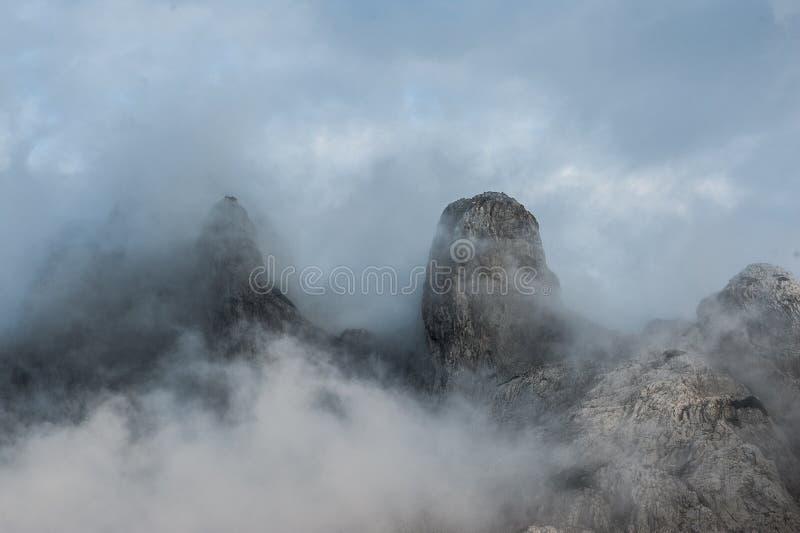 Paisaje de la opinión superior de nube de la montaña El pico cubrió en nubes Montañas masivas de la piedra caliza en mún tiempo foto de archivo libre de regalías
