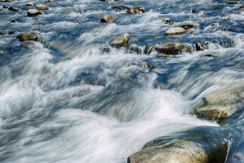 Paisaje de la piedra del flujo del río de la montaña fotografía de archivo