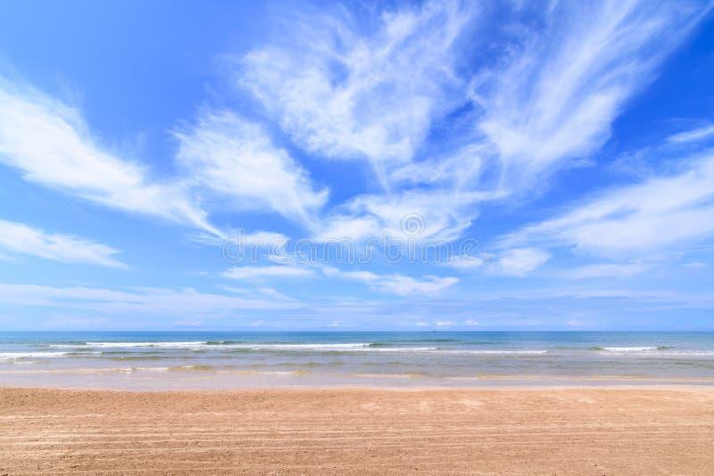 Paisaje de la playa con el cielo de la nube, una playa tropical salvaje de la arena en la parte meridional de Tailandia en d?a so foto de archivo