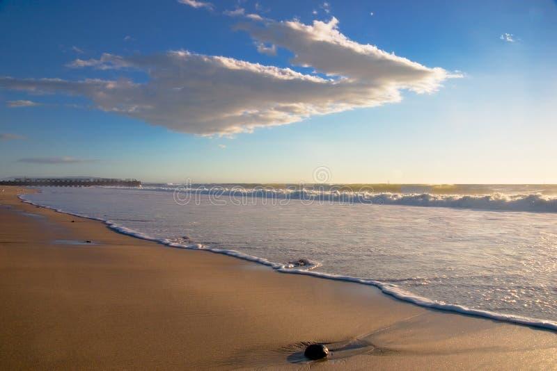 Paisaje de la playa con la roca horizontal foto de archivo libre de regalías