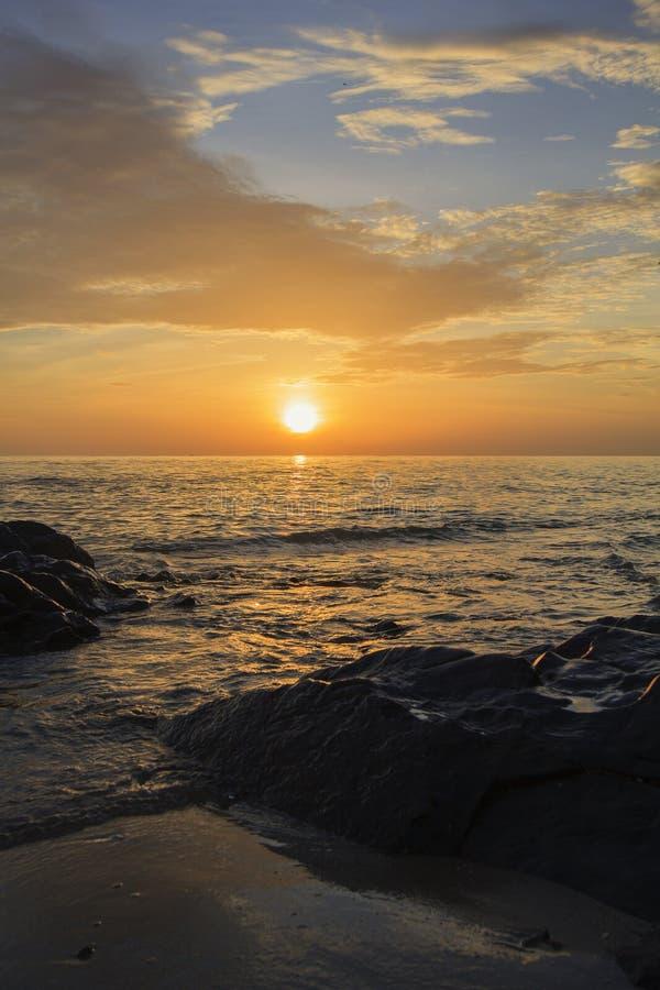 paisaje de la playa del mar y del cielo nublado en el amanecer imagen de archivo imagen de. Black Bedroom Furniture Sets. Home Design Ideas