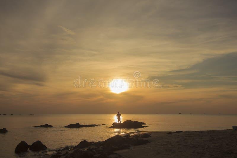 Paisaje de la playa del mar y del cielo nublado por mañana; Songkhla, meridional de Tailandia imagen de archivo libre de regalías