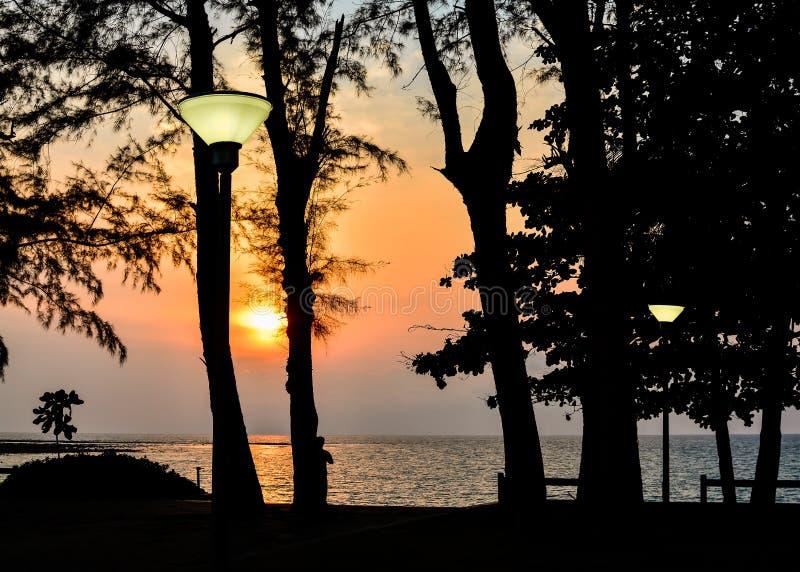 Paisaje de la playa del Nai yang durante puesta del sol foto de archivo