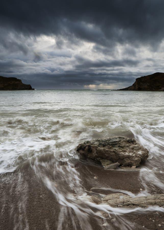 Paisaje de la playa inminente de la tormenta del mar con las rocas en foregroun fotografía de archivo libre de regalías