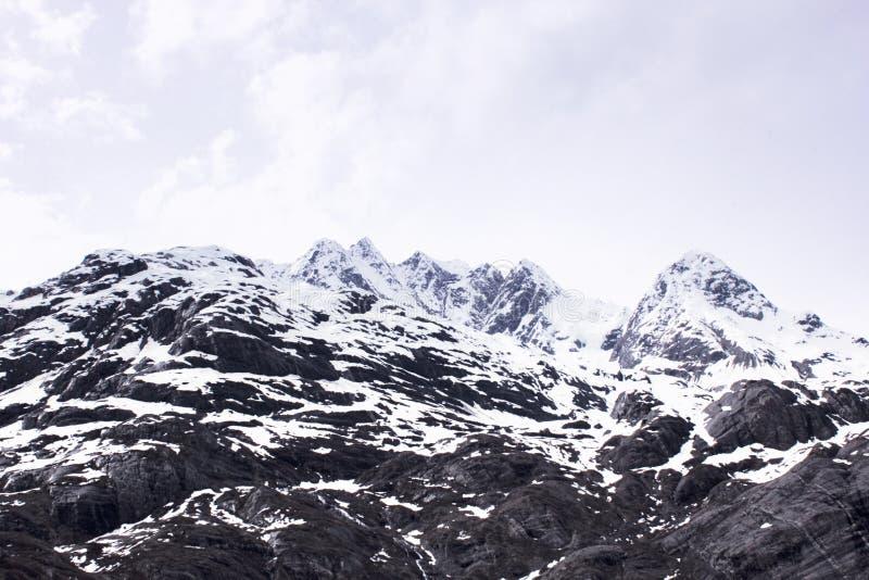 Paisaje de la primavera de Alaska de la montaña de la nieve imágenes de archivo libres de regalías