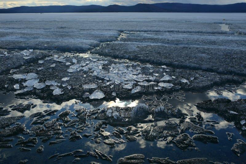 Paisaje de la primavera con la deriva del hielo en el lago foto de archivo