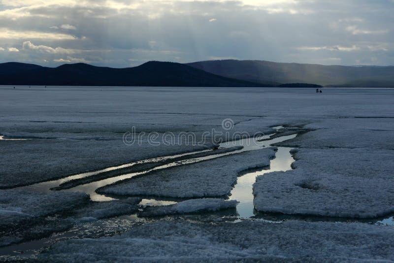 Paisaje de la primavera con la deriva del hielo en el lago fotografía de archivo