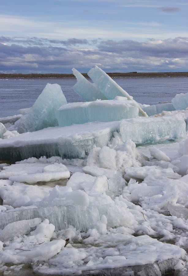 Paisaje de la primavera con masas de hielo flotante de hielo imagen de archivo