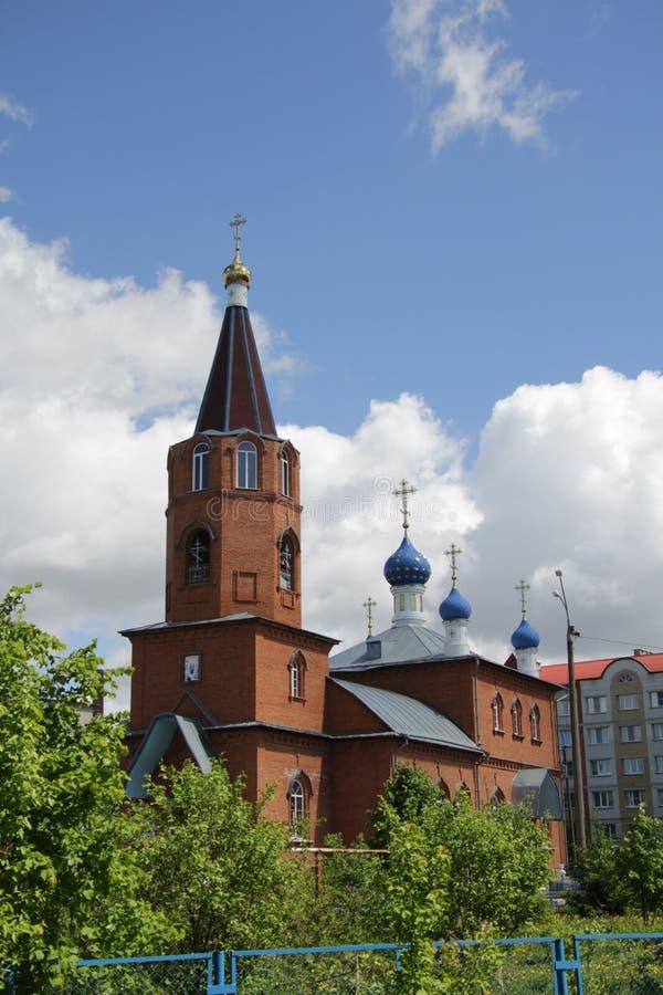 Paisaje de la primavera con vistas a la iglesia debajo de un cielo azul con las nubes blancas en la ciudad de Kanash, Chuvashia imagenes de archivo