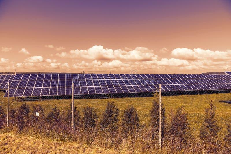 Paisaje de la primavera en la puesta del sol con los paneles solares imágenes de archivo libres de regalías
