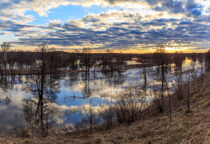 Paisaje de la primavera, puesta del sol sobre el río hinchado fotos de archivo libres de regalías
