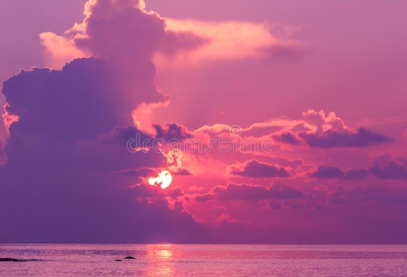 Paisaje de la puesta del sol con el cielo dramático en fondo y el mar foto de archivo
