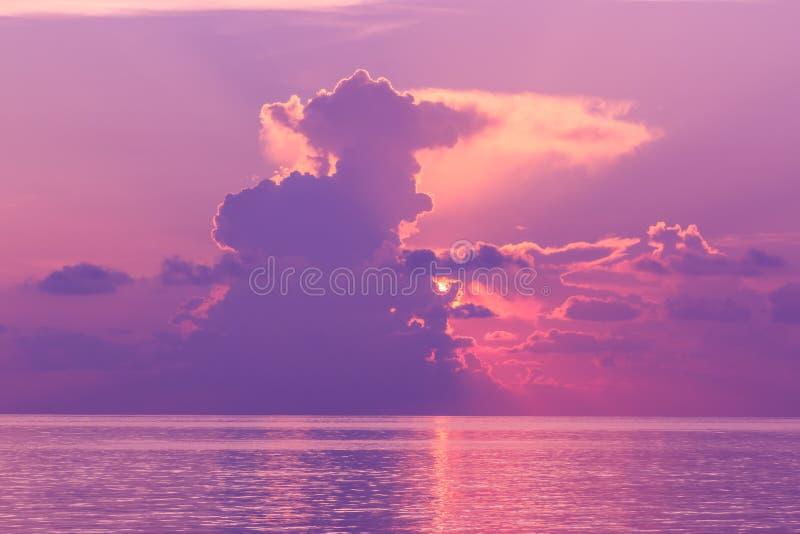 Paisaje de la puesta del sol con el cielo dramático en fondo y el mar fotos de archivo libres de regalías