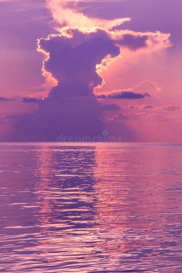 Paisaje de la puesta del sol con el cielo dramático en fondo y el mar foto de archivo libre de regalías