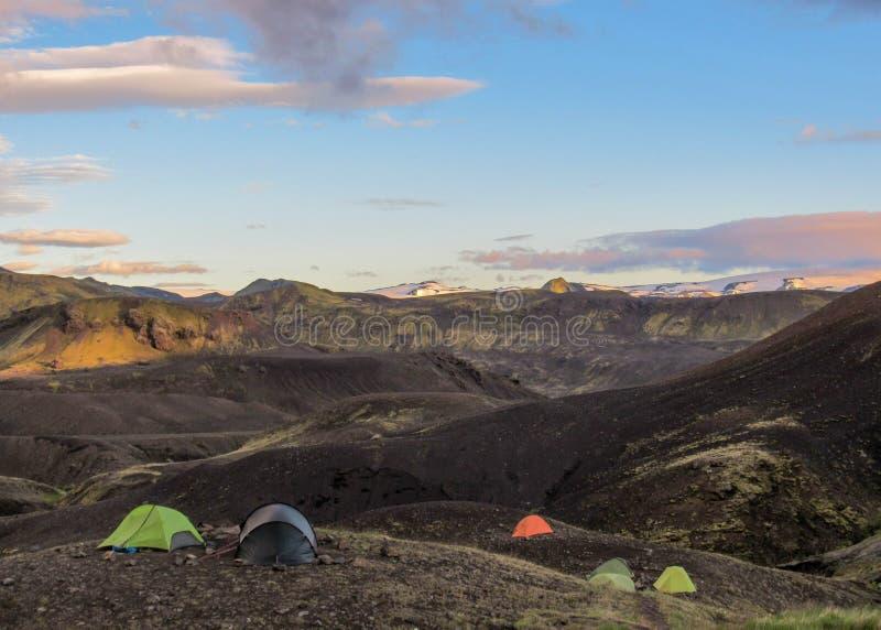 Paisaje de la puesta del sol con el sitio para acampar de Botnar-Ermstur, rastro de Laugavegur de Thorsmork a Landmannalaugar, Is fotografía de archivo libre de regalías
