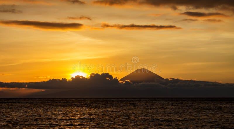 Paisaje de la puesta del sol con la vista panorámica de la isla de Bali, Indonesia fotos de archivo