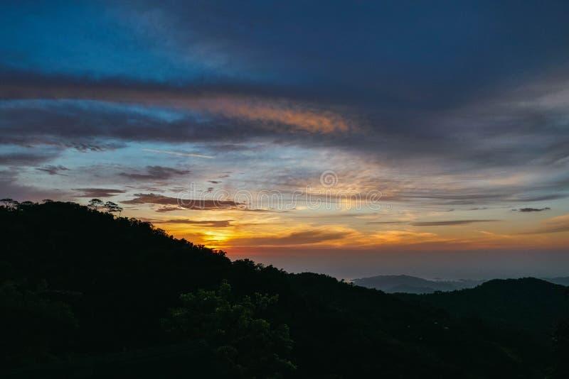 Paisaje de la puesta del sol en el montaium imagenes de archivo