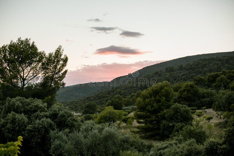 Paisaje de la puesta del sol en las montañas fotografía de archivo