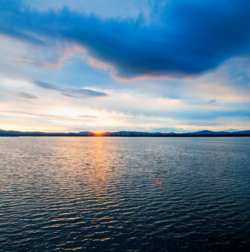 Paisaje de la puesta del sol del mar E Escena soleada del agua del verano en tonos coloridos imágenes de archivo libres de regalías