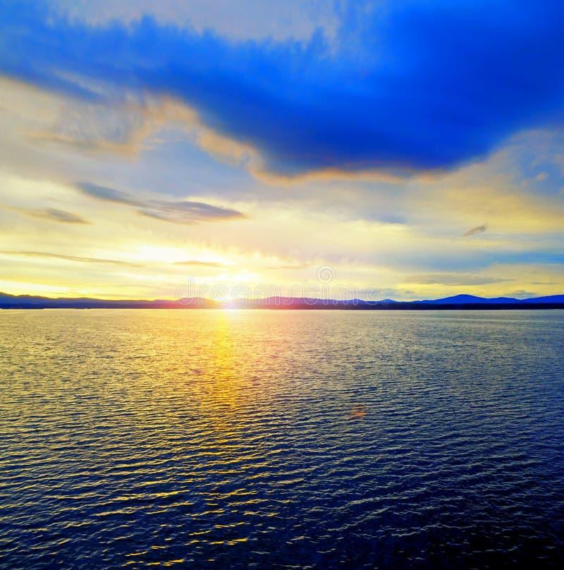 Paisaje de la puesta del sol del mar Superficie de la agua de mar encendida por luz del sol suave Escena soleada del agua del ver imágenes de archivo libres de regalías