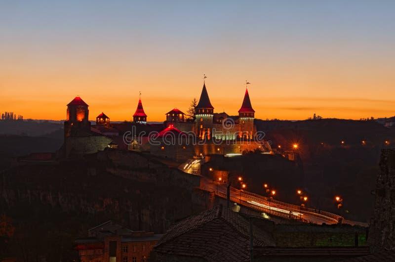 Paisaje de la puesta del sol del otoño del castillo de Kamianets-Podilskyi Es lugar turístico famoso y destino romántico del viaj fotografía de archivo libre de regalías