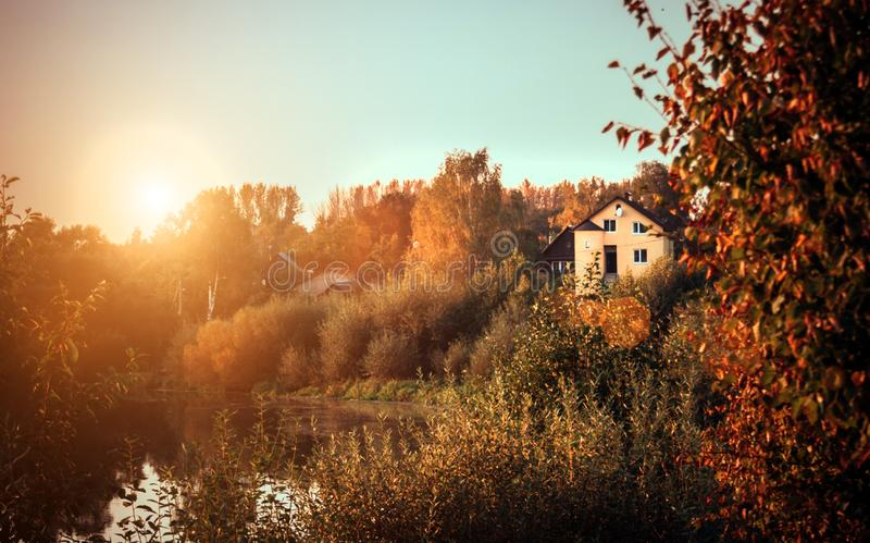 Paisaje de la puesta del sol del otoño con los árboles y el río amarillos y verdes Paisaje rural con las colinas verdes en Minsk imagenes de archivo