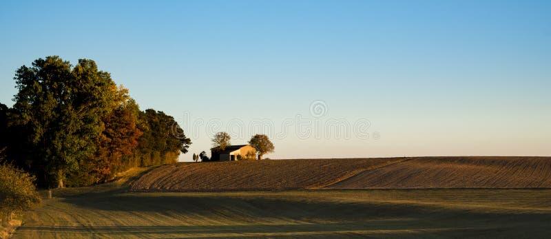 Paisaje de la puesta del sol del panorama con el prado marrón verde y la pequeña casa, en la ruta llamada Romantic Road, Alemania foto de archivo