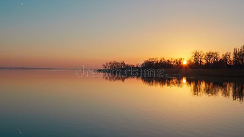 Paisaje de la puesta del sol sobre el lago Balatón por una tarde del otoño en Hungría foto de archivo