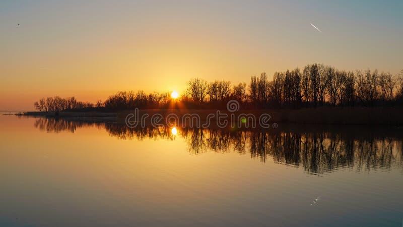Paisaje de la puesta del sol sobre el lago Balatón por una tarde del otoño en Hungría foto de archivo libre de regalías