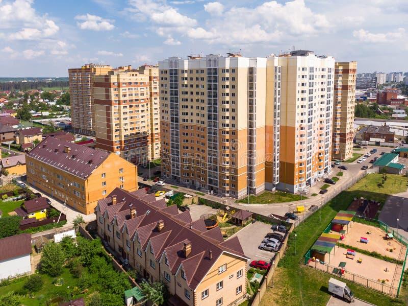 Paisaje de la región de Moscú con las casas de gran altura y privadas fotografía de archivo