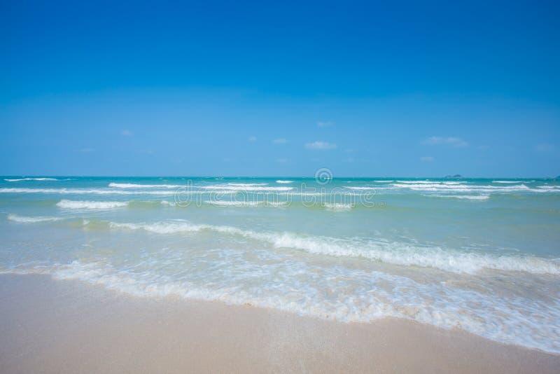 Paisaje de la relajación de la luz del día del sol de la arena del cielo azul de la playa del mar fotografía de archivo libre de regalías