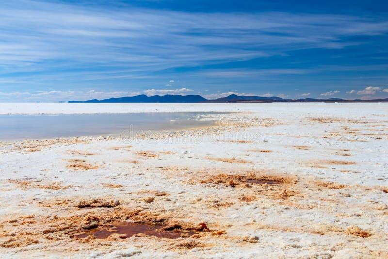 Paisaje de la sal increíblemente blanca Salar de Uyuni plano, en medio de los Andes en el sudoeste Bolivia, Suramérica fotografía de archivo