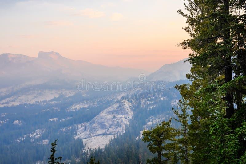 Paisaje de la salida del sol con el cielo ahumado en el parque nacional de Yosemite foto de archivo libre de regalías