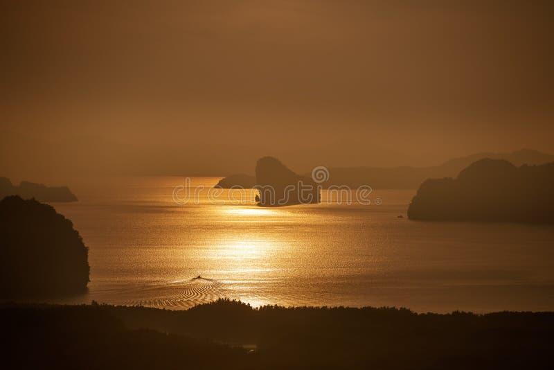 Paisaje de la salida del sol con el mar, los barcos y las islas foto de archivo libre de regalías
