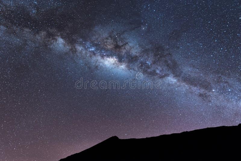 Paisaje de la vía láctea claramente Vía láctea sobre la cumbre de la montaña de Rinjani en el cielo nocturno Isla de Lombok, Indo fotografía de archivo