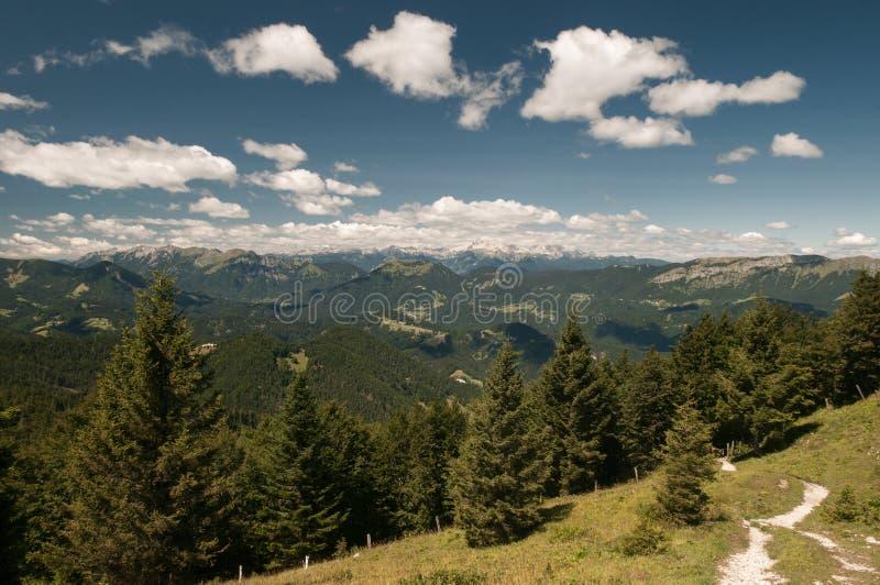 Paisaje de laderas y de regiones montañosas en Eslovenia fotos de archivo