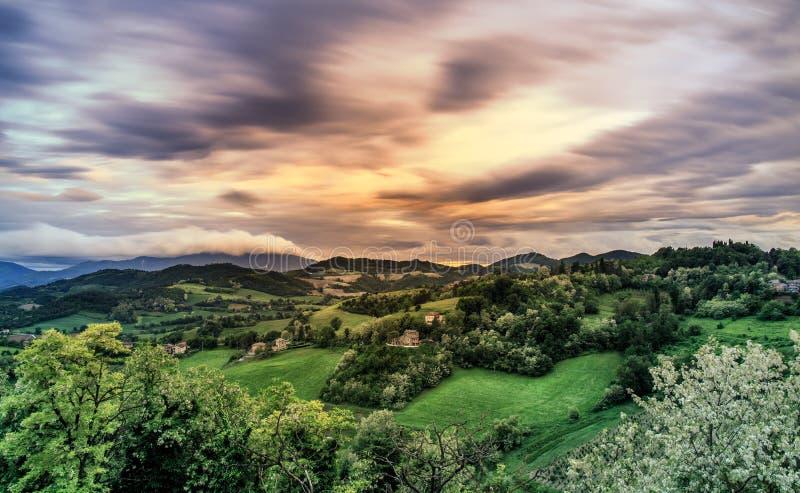 Paisaje de las colinas de Urbino en la puesta del sol Cloudscape fotos de archivo libres de regalías