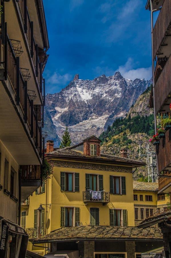 Paisaje de las montañas francesas en Rhone Alpes fotos de archivo
