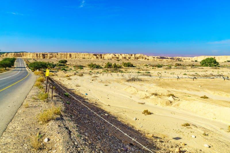 Paisaje de las rocas lissan de la marga a lo largo del camino de la paz de Arava foto de archivo