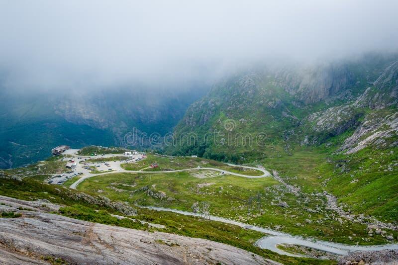 Paisaje de los caminos de la montaña al inicio de Kjerag que camina la ruta fotos de archivo libres de regalías