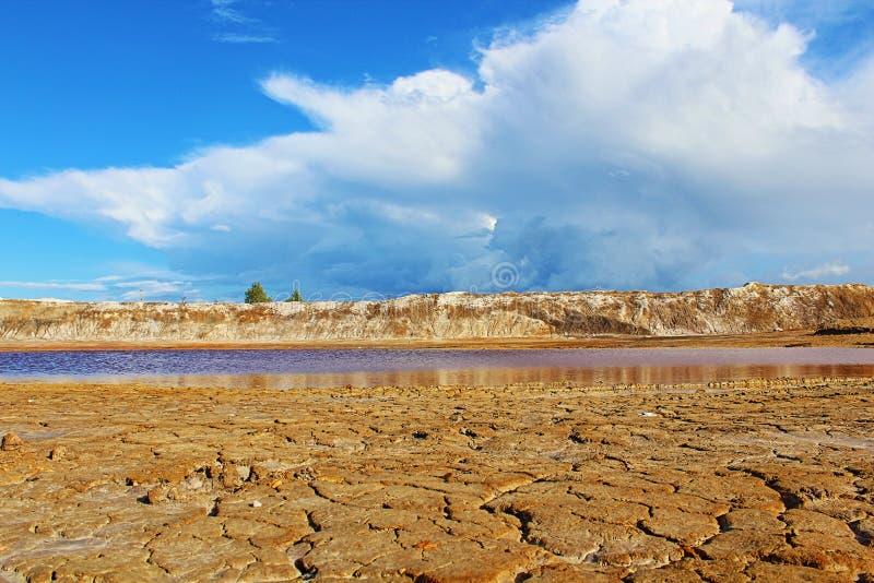 Paisaje de Marte Agua y montañas fotos de archivo