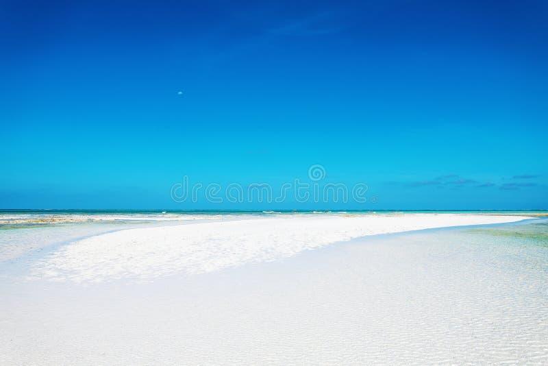 Paisaje de Minimalistic con el banco blanco de la arena fotos de archivo libres de regalías