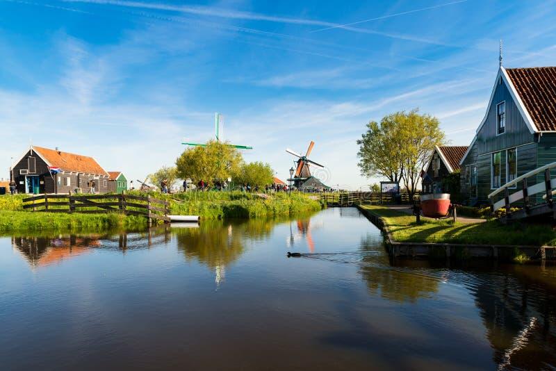Paisaje de molinoes de viento y de casas holandeses tradicionales fotografía de archivo libre de regalías