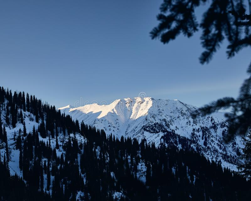 Paisaje de montañas nevosas imagen de archivo libre de regalías