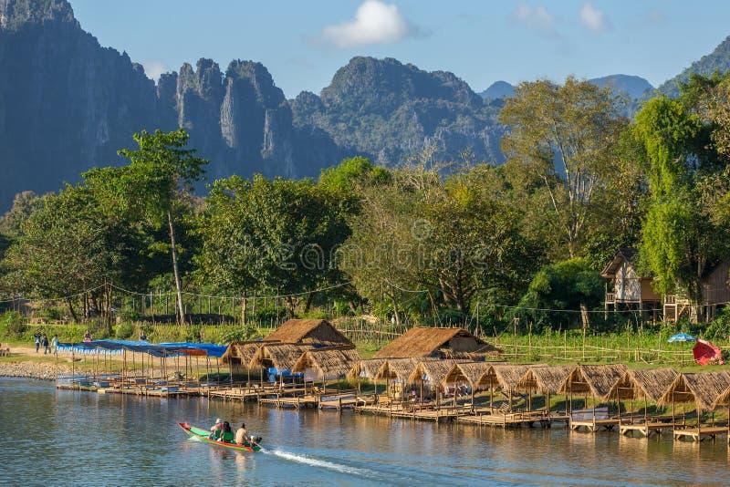 Paisaje de Nam Song River con una lancha de carreras en Vang Vieng, Laos imagenes de archivo