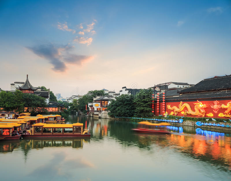 Paisaje de Nanjing del río del qinhuai en anochecer imagenes de archivo