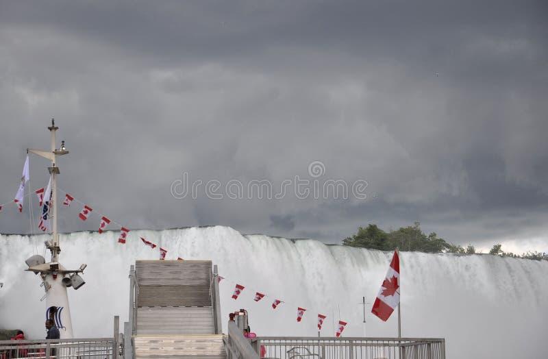 Paisaje de Niagara Falls con un cielo dramático foto de archivo